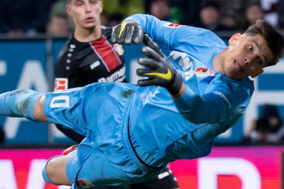 Gregor Kobel war in der Rückrunde von der TSG 1899 Hoffenheim nach Augsburg ausgeliehen. Im Hintergrund ist Leverkusens Kai Havertz zu sehen.