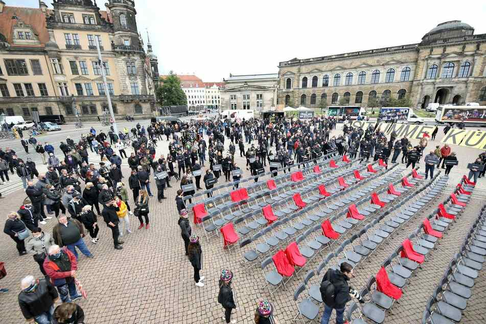 Vor der Semperoper versammelten sich dutzende Menschen.