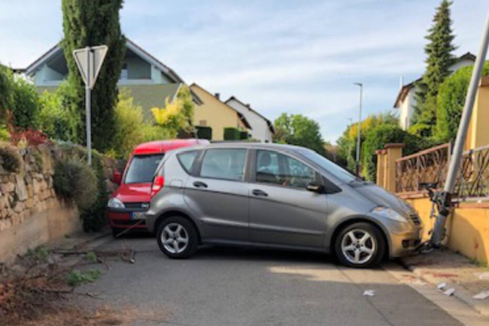 Die Rentnerin wurde zwischen dem Fahrzeug und der Laterne eingeklemmt.