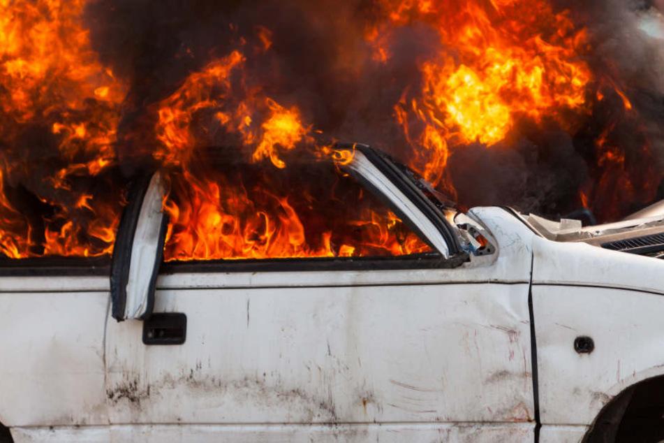 Mann sieht brennendes Auto vor seinem Haus und reagiert geistesgegenwärtig