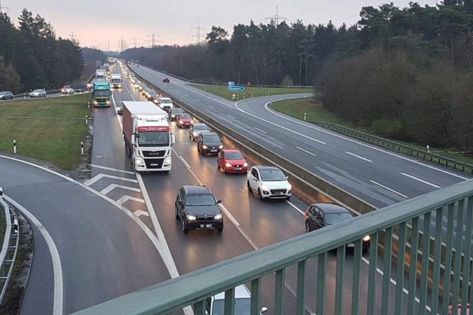 Es bildeten sich lange Staus auf der A33 Richtung Bielefeld.