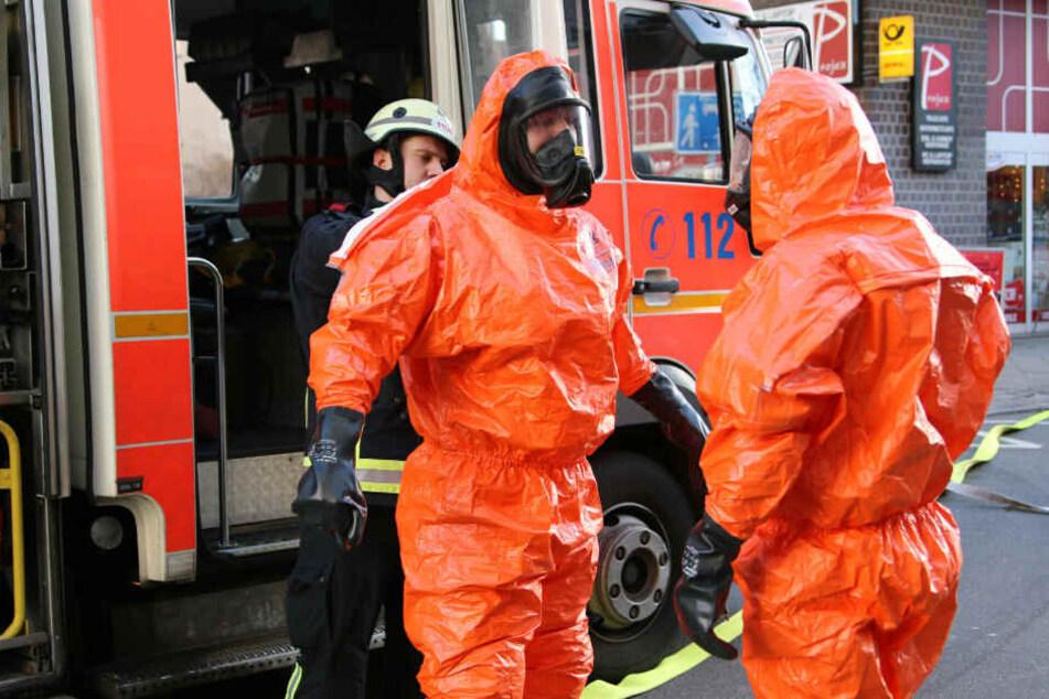 Feuerwehrmänner ziehen sich die Schutzanzüge über.