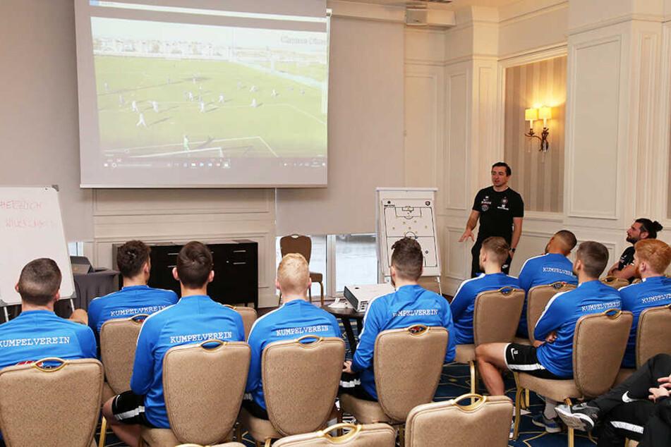 Die Videoanlayse - wie hier im Trainingscamp in der Türkei - gehört zum Arbeitsalltag der Auer Spieler.