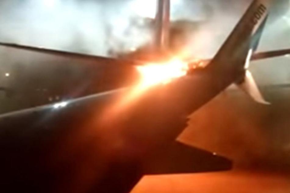 Ein Video zeigt, dass ein Teil der Maschine in Flammen aufging.