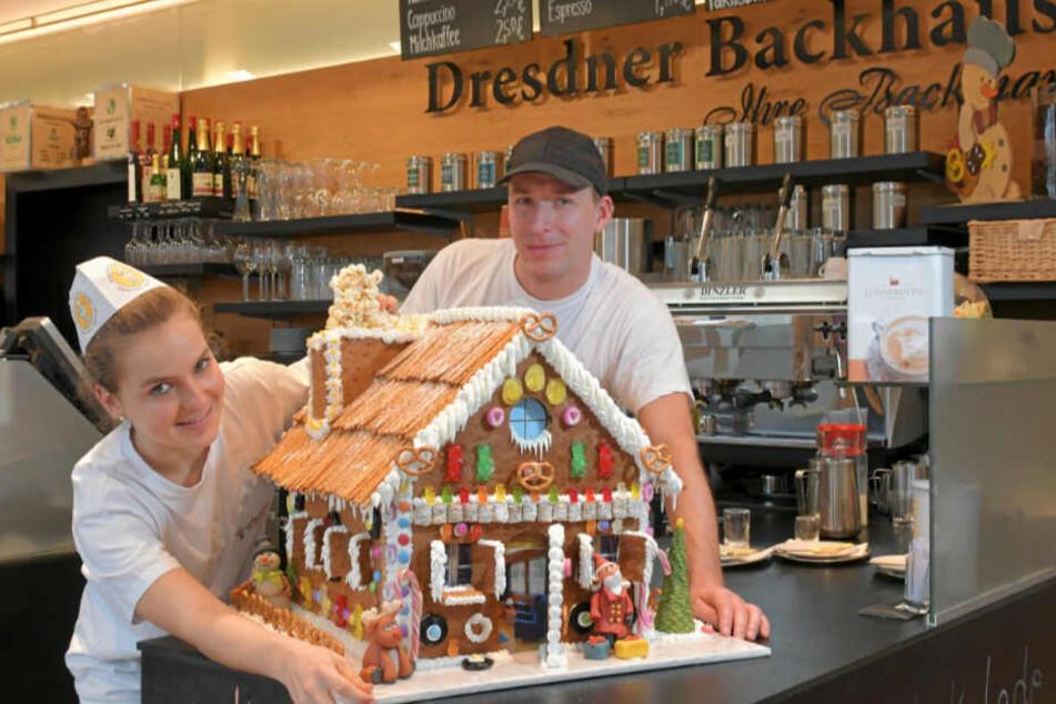 """Süß-salzig: Amelie Neubert (15) und Frank Hübner (38) haben das """"Backhaus""""-Knusperhaus auch mit Salzstangen und kleinen Laugenbrezeln geschmückt."""