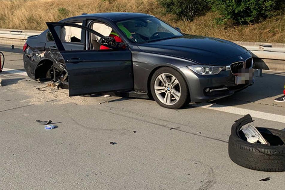 Der kaputte BMW. Das rechte Hinterrad ist aus der Karosserie gerissen worden.