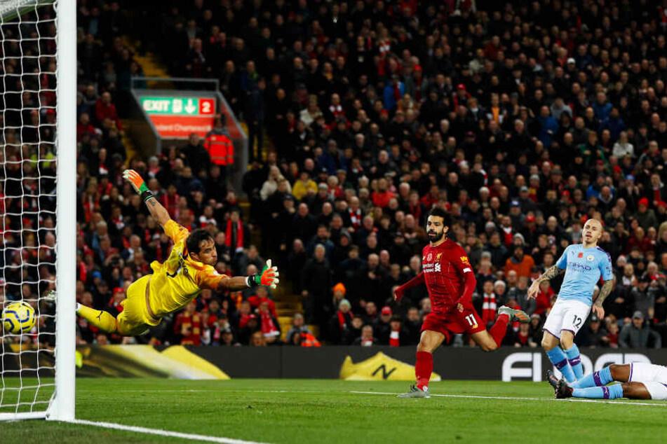 Mohamed Salah (rotes Trikot) trifft per Kopf zum zwischenzeitlichen 2:0 für Liverpool gegen Manchester City.