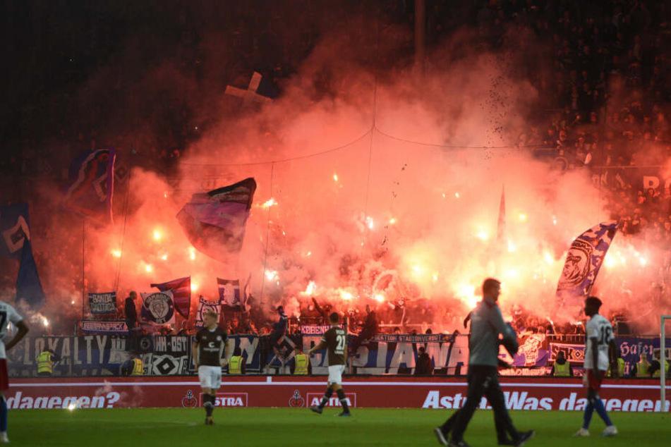 Die Fans des HSV zündelten ordentlich Pyro ab.