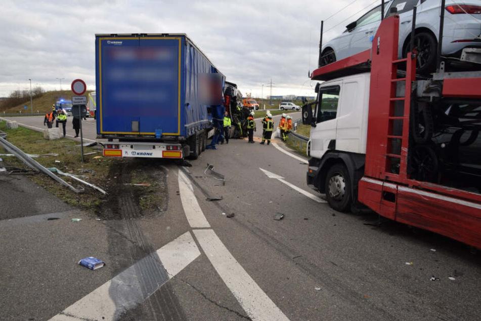 Der Laster war auf den Autotransporter (rechts) aufgefahren.