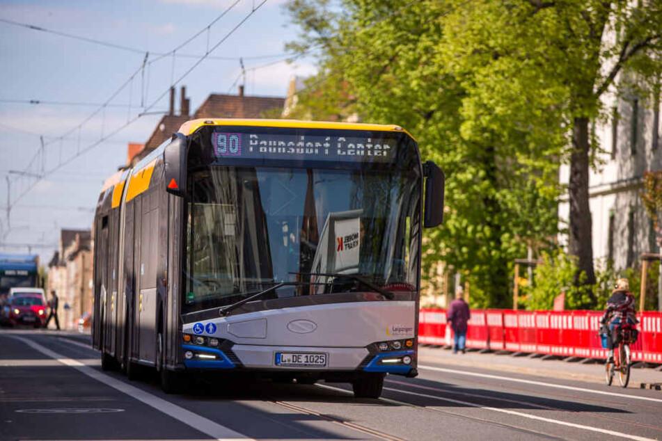 Transporter schneidet Bus die Vorfahrt und flüchtet: Insassen verletzt