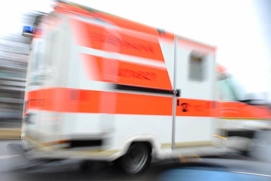 Ersthelfer vor Ort reanimierten die Radfahrerin. Sie verstarb später im Krankenhaus. (Symbolbild)
