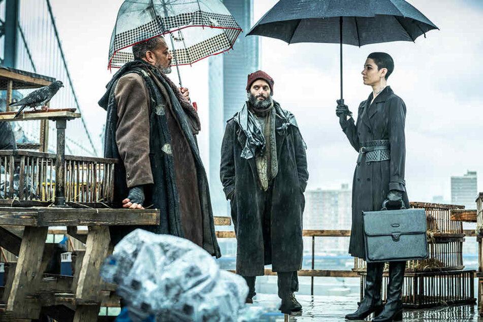 Von links: Der Bowery King (Laurence Fishburne) und der Tick Tock Man (Jason Mantzoukas) bekommen Besuch vom Adjudicator (Asia Kate Dillion).