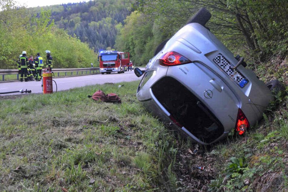 Frontalcrash: Auto überschlägt sich, Fahrerin verletzt sich schwer