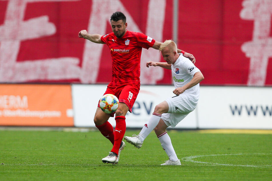 Davy Frick (l.), hier im Duell mit dem Unterhachinger Sascha Bigalke, weiß, das er mit dem FSV Zwickau heute in Mannheim noch einmal 90 Minuten Vollgas geben muss, um allen Eventualitäten im Abstiegs-Fernduell mit dem Chemnitzer FC aus dem Weg zu gehen.