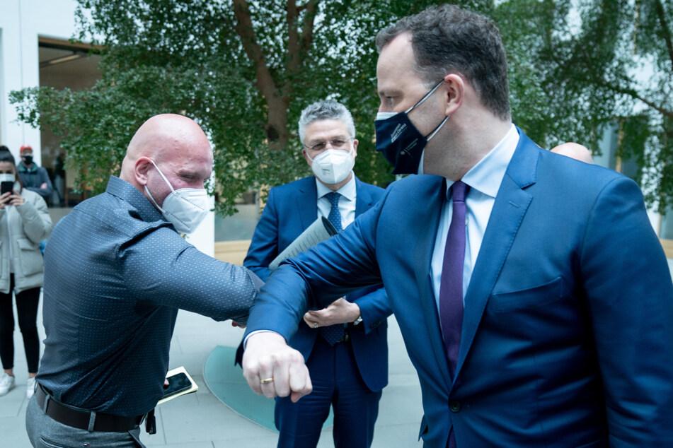 Ricardo Lange (l.) begrüßt Gesundheitsminister Jens Spahn (r.) und RKI-Chef Lothar Wieler.