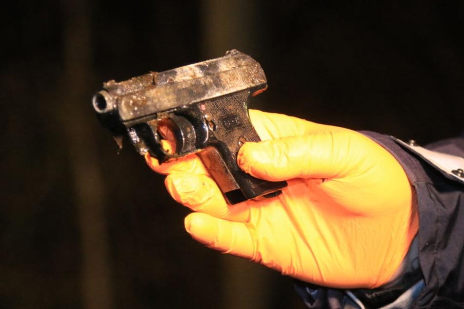 Diese Waffe wurde in dem Bach gefunden.