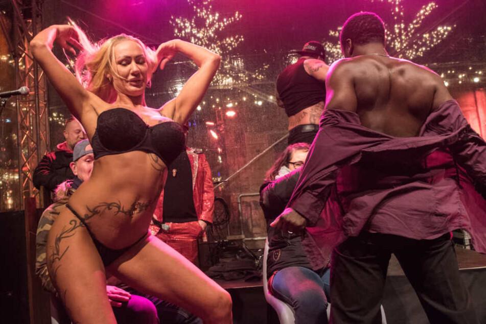 Bei der Eröffnung des Weihnachtsmarktes gibt es einen heißen Striptease.