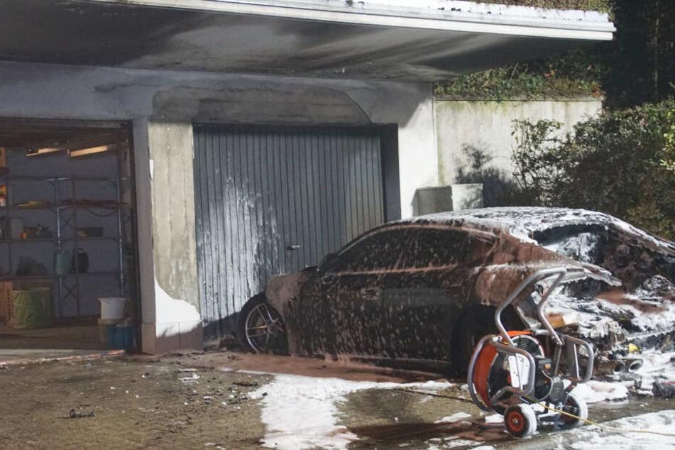 Offenbar direkt vor der Garage angezündet: Der Wagen ist wohl hinüber.