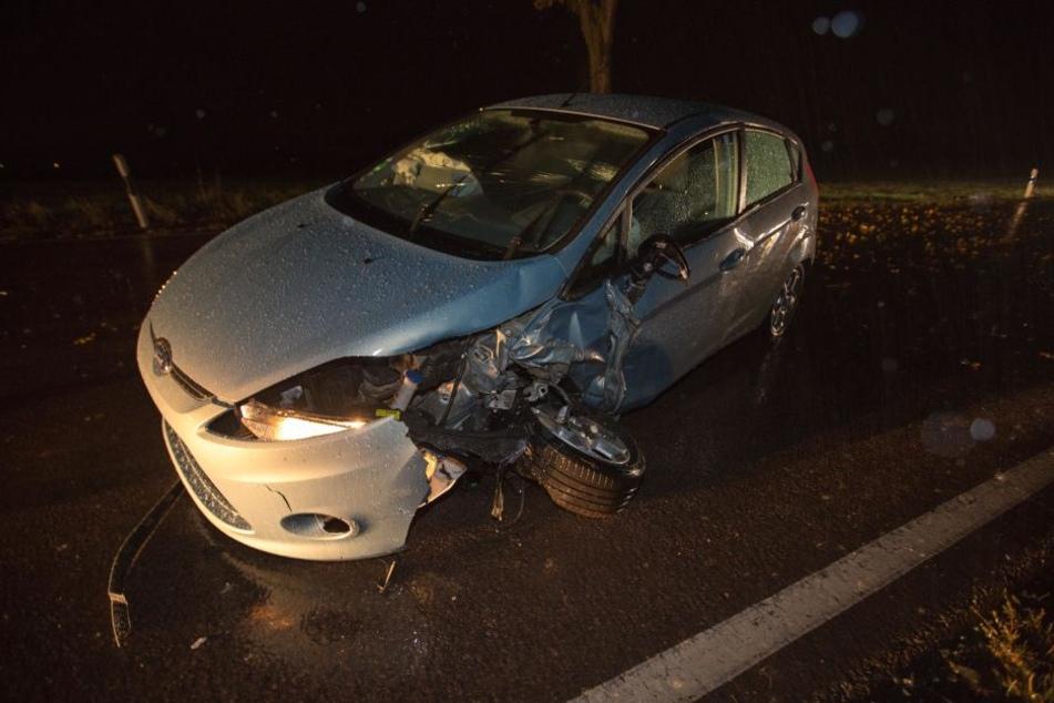 Die Fahrerseite des Fords wurde bei dem Unfall vollkommen demoliert.
