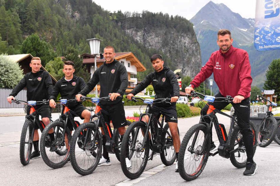 Kevin Broll, Baris Atik, René Klingenburg, Osman Altigan und Patrick Wiegers beim Start ihrer E-Bike-Tour nach Sölden, dann natürlich mit Helm.
