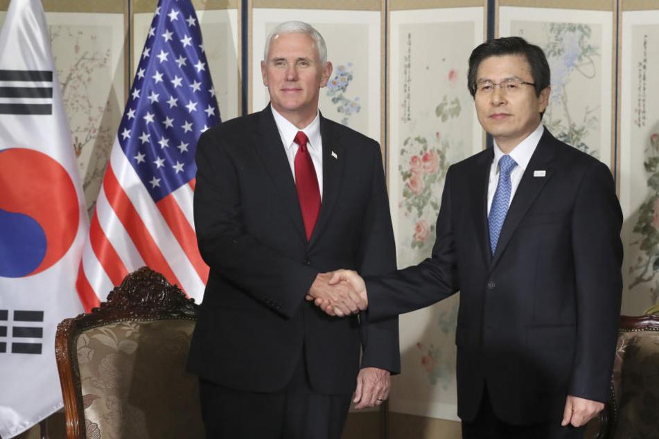 Hier schütteln sich US-Vizepräsident Mike Pence (li.) und Südkoreas Premierminister Hwang Kyo-ahn noch die Hand, doch wie lange hält der Frieden?