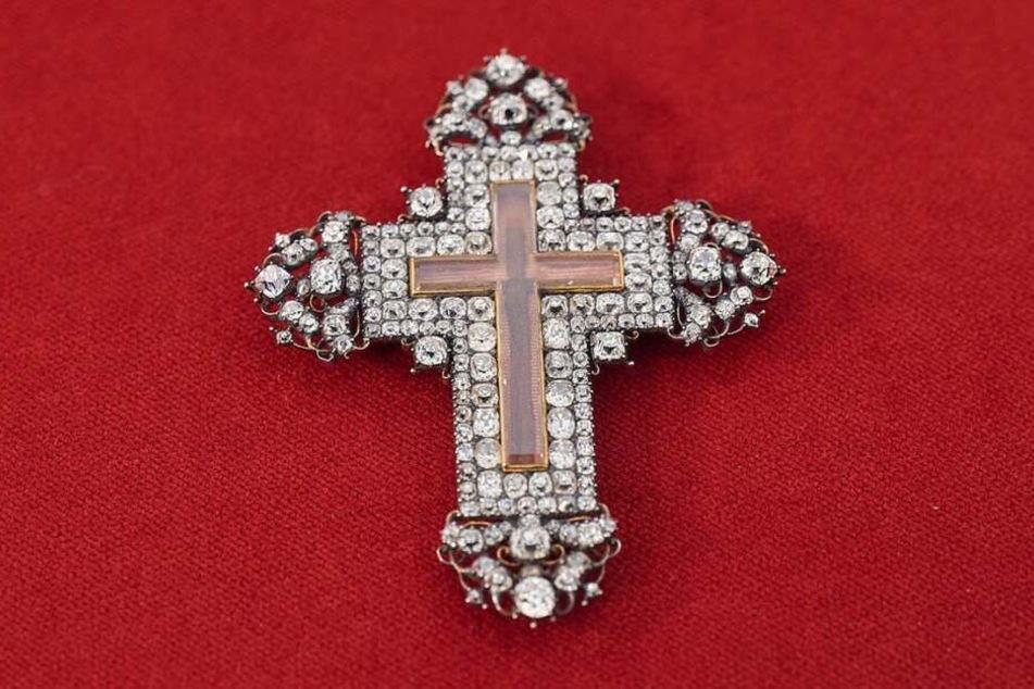 Das Kreuz ist mit etlichen Diamanten besetzt und hat Holzsplitter aus dem Jesus-Kreuz.