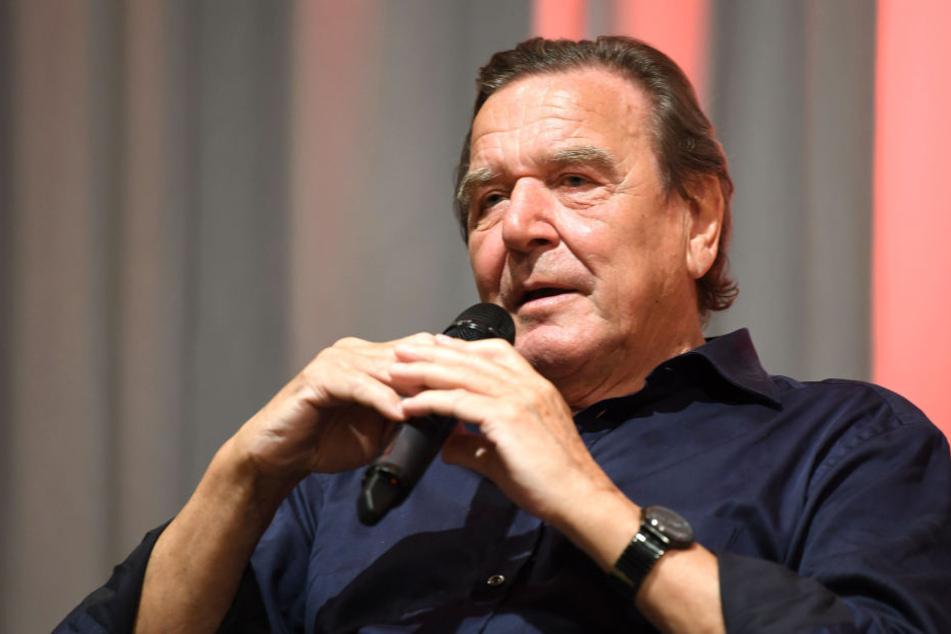 Gerhard Schröder hat eine neue jüngere Frau an seiner Seite.