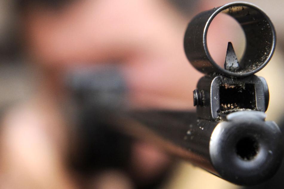 Ein junger Mann hat im Neckar-Odenwald-Kreis unerlaubterweise mit einem Luftgewehr herumgeschossen. (Symbolbild)