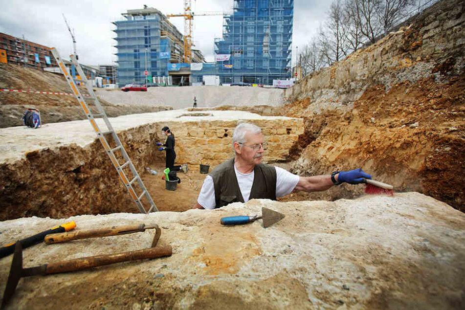 Bernd Grützner befreit die Mauer von jahrhundertealtem Dreck. Anschließend wird alles dokumentiert.
