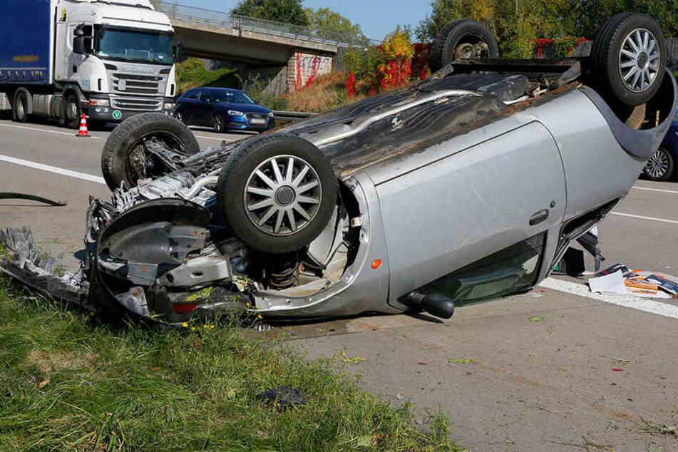 Der Ford überschlug sich und blieb auf dem Dach liegen.