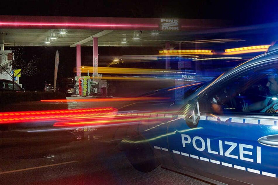 Frau bedroht: Bewaffnete rauben Auto an Tankstelle