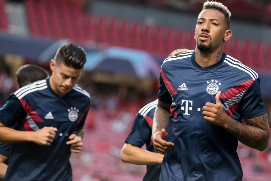 Abwehrspieler Jérôme Boateng (r.) ist beim FC Bayern München alles andere als zufrieden.