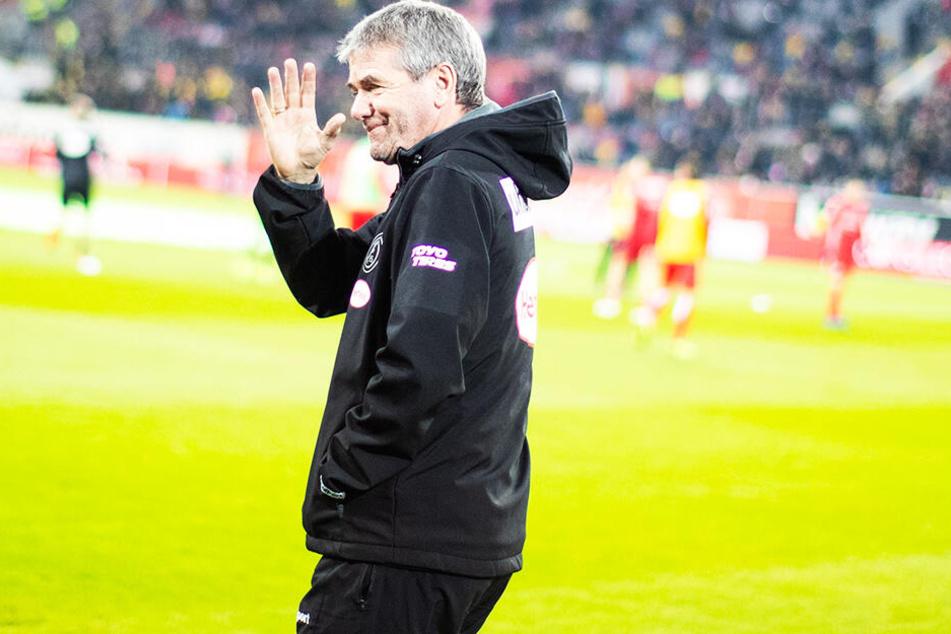Ein Winken zum Abschied: Friedhelm Funkel verlässt Fortuna Düsseldorf zum Saisonende.