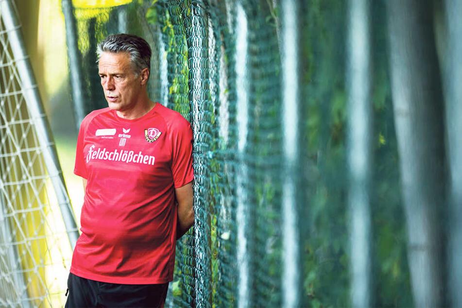 Dynamo-Coach Uwe Neuhaus beobachtete  seine Spieler beim Training ganz genau.