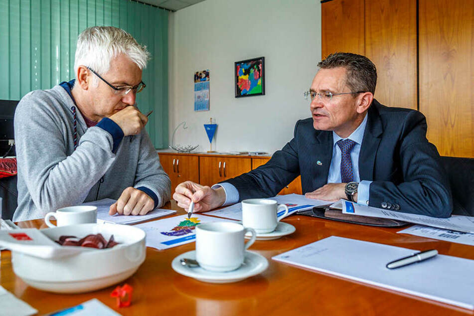 IKK-Sachsen-Chef Sven Hutt (re.) rechnet TAG24-Redakteur Torsten Hilscher die Pläne vor.