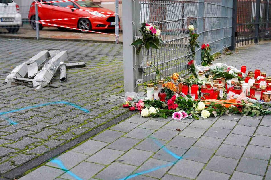 Zahlreiche Trauernde legten am Ort des Geschehens Blumen ab.