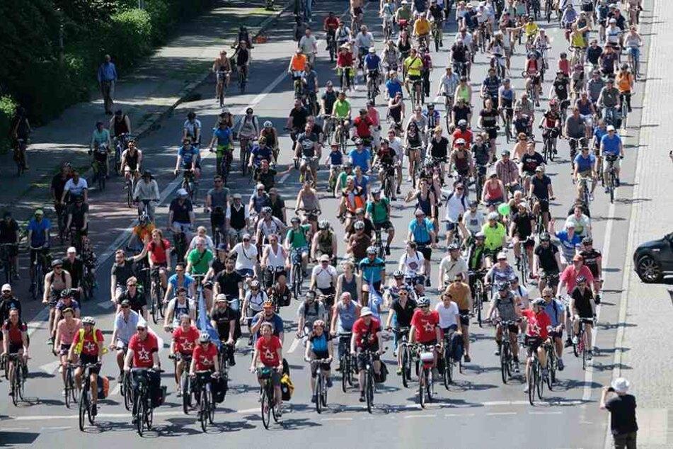 Fahrradfahrer radeln zur Berliner Fahrradsternfahrt des Allgemeinen Deutschen Fahrrad-Clubs e. V. (ADFC) die Straße des 17. Juni entlang.
