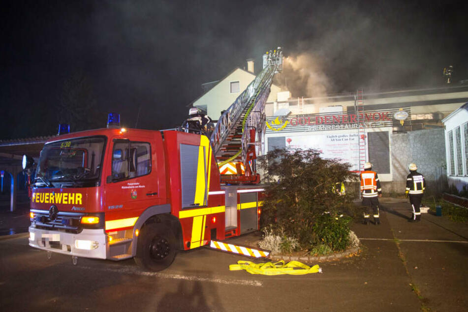 Feuersbrunst zerstört Asia-Restaurant vollständig: 100 Feuerwehrleute im Einsatz