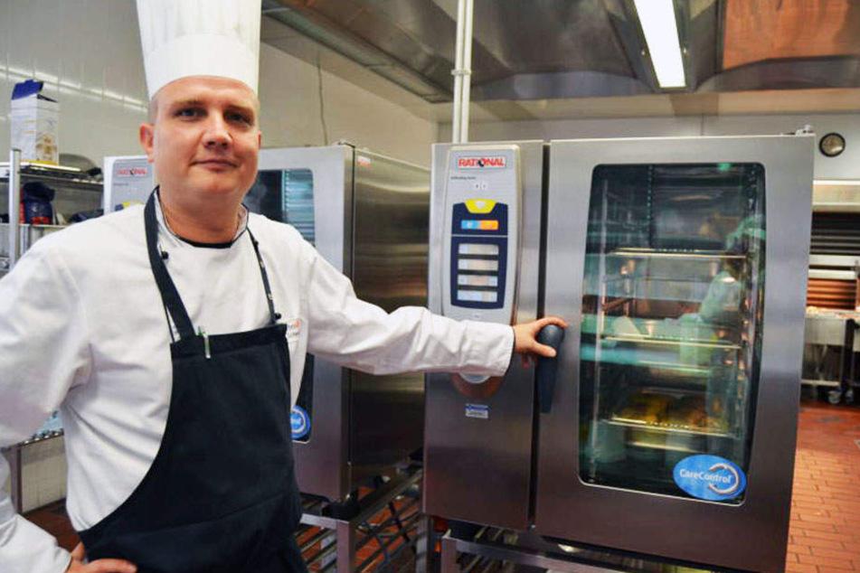 Stellvertretender Küchenchef David Schmidt hat das Koch-Handwerk in einer Großküche gelernt.