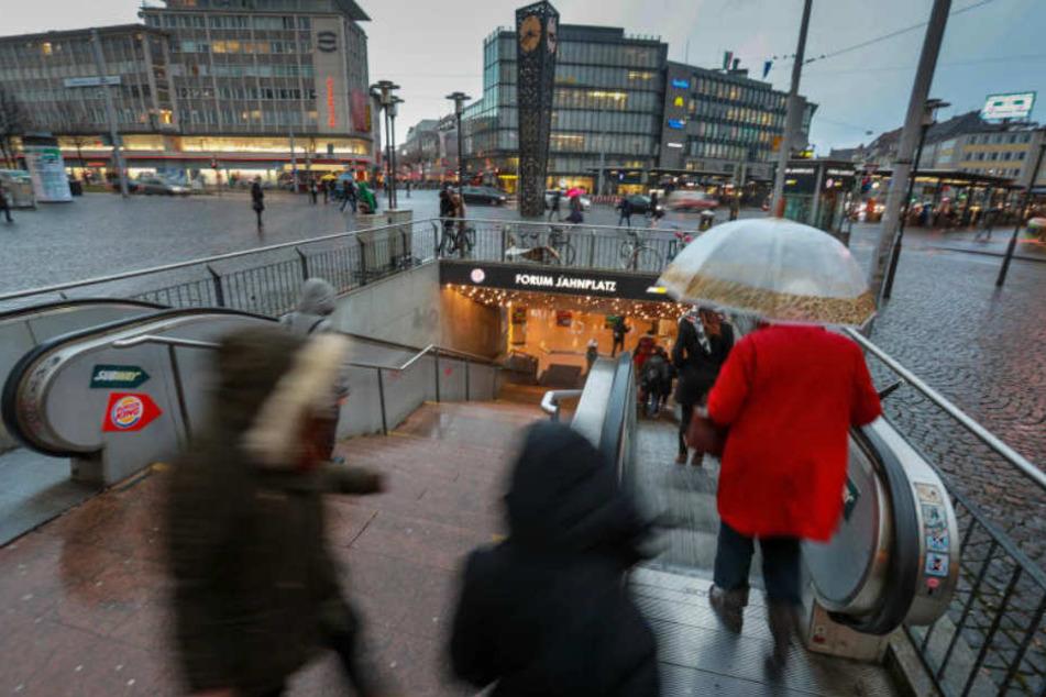 Viele nutzen das Jahnplatz Forum nur, um nicht nass zu werden.