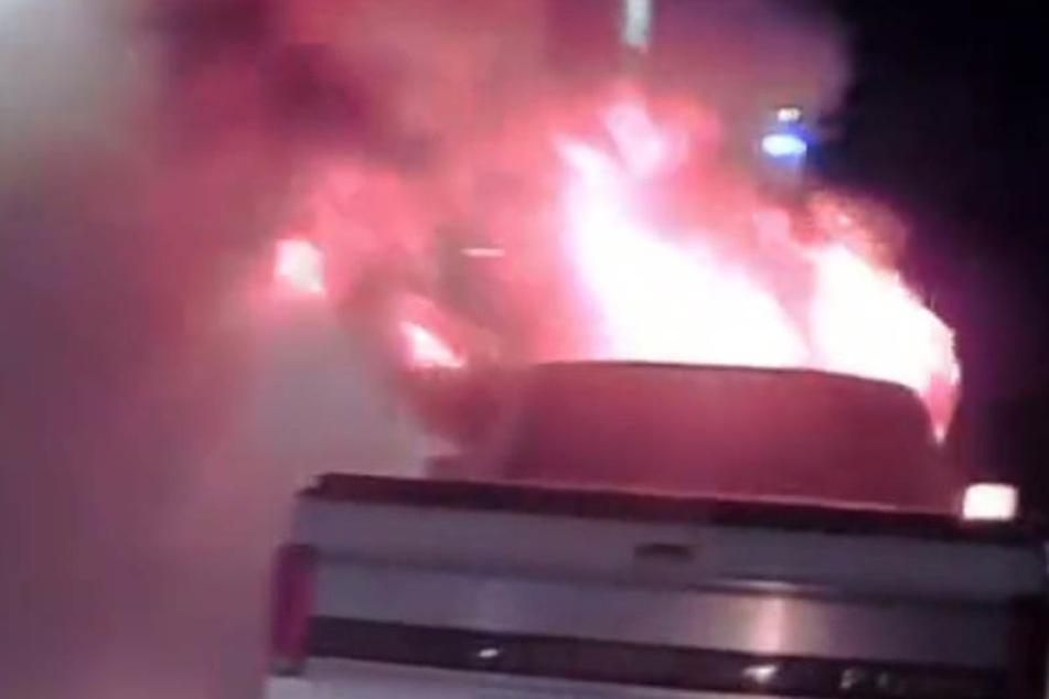 Als der Polizist den brennenden Pick-Up sah, hatte er eine zündende Idee.