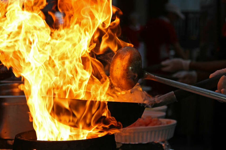 In der Küche war auf dem Herd das Essen angebrannt und der Inhalt einer Pfanne war entflammt. (Symbolbild)