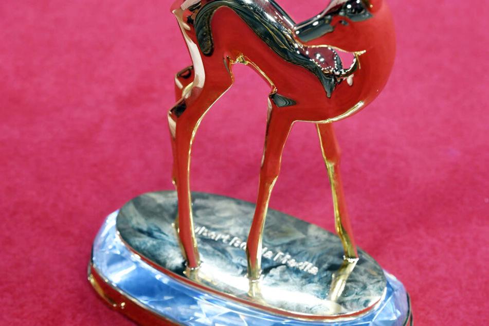 Ein Bambi steht auf dem roten Teppich. Der Medienpreis Bambi wird seit 1948 vom Burda-Verlag vergeben.