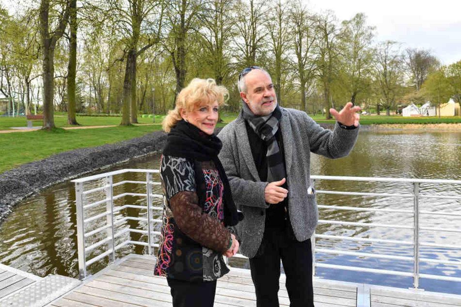 Thüringens Landwirtschaftsministerin Birgit Keller (Die Linke) ließ sich von Gartenschau-Geschäftsführer Detleff Wierzbitzki das Gelände zeigen.