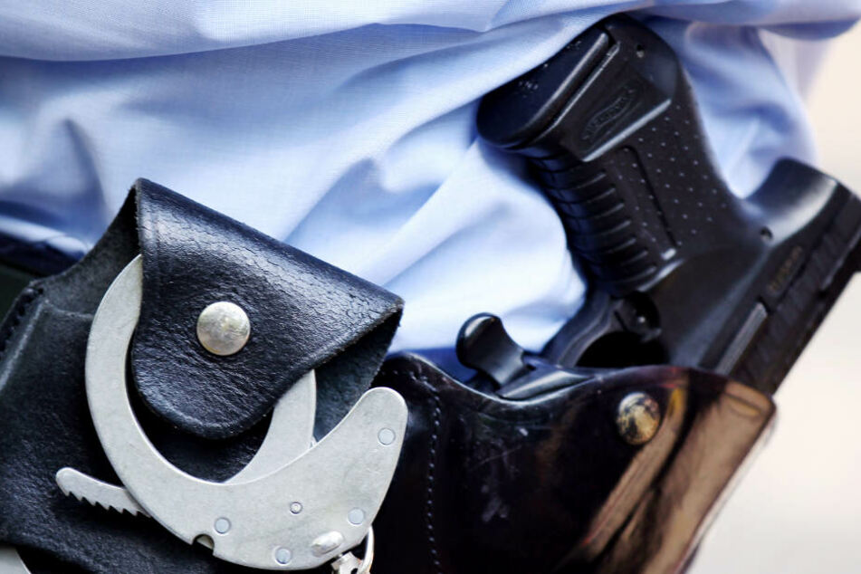 Eine Dienstwaffe darf der Polizist derzeit nicht tragen. (Symbolbild)
