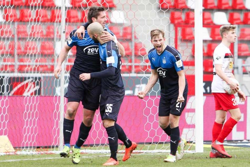 v.l.: Ronny König / Koenig (15, Zwickau), Nico Antonitsch (35, Zwickau) und Jan Washausen (21, Zwickau) bejubeln das 0:2.