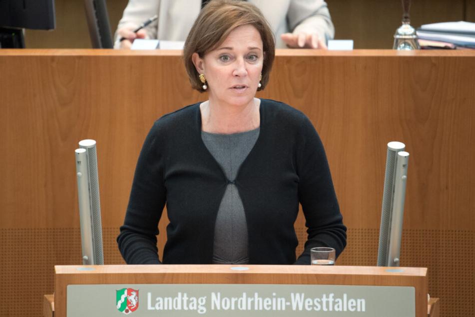 NRW-Schulministerin Yvonne Gebauer (52) stellt am Freitag einen Aktinsplan gegen Gewalt und Diskriminierung an Schulen vor.