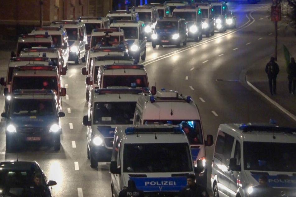 Die Polizei sicherte den Gedenkmarsch und die Gegendemonstrationen ab.
