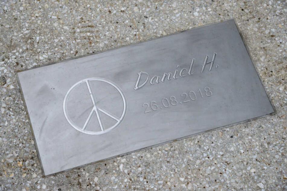 Eine Gedenkplatte erinnert in Chemnitz an den getöteten Daniel H.