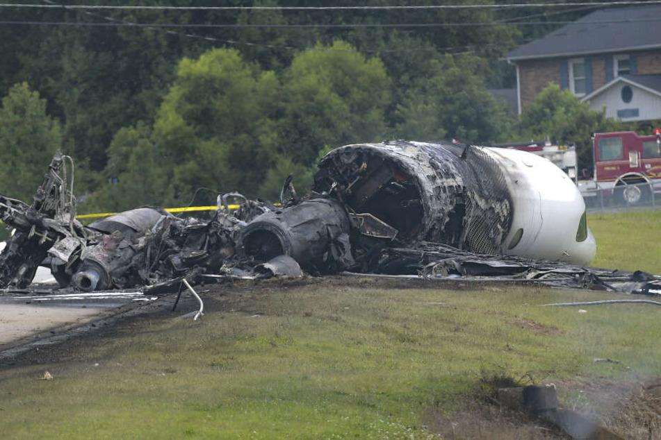 Die Überreste des abgestürzten Flugzeuges.